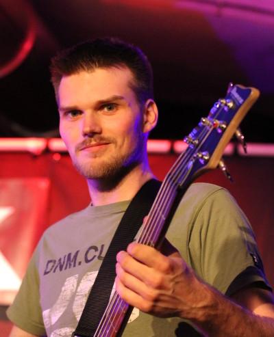 André mit seinem Bass auf der Bühne