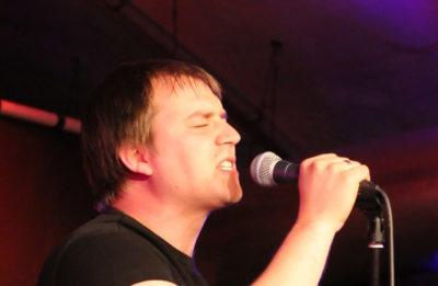 David beim singen mit Mikrofon