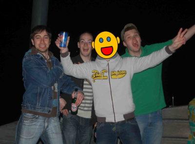 Toni, Alex, unbekannter Mann und André feiern an einem Steg am Bodensee