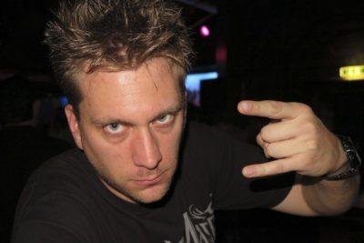 Rocker Tim guckt ernst