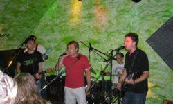 Im Hintergrund André und Alex an Bass und Schlagzeug, davor zwei fröhliche Gitarristen Toni und Tim sowie David beim singen