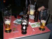 Auswahl an Getränken und anderem, womit sich das Publikum über Wasser hält